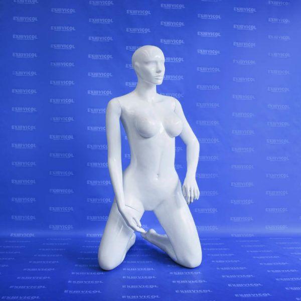 Maniquí dama arrodillada androide blanca