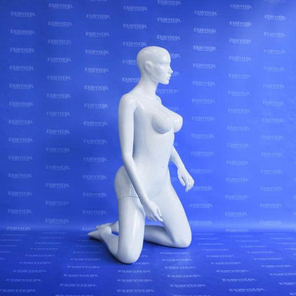 Maniquí dama arrodillada androide blanca 2