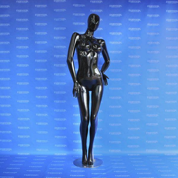 Maniquí dama androide manos en cintura